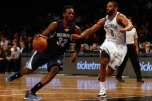 NEW YORK, NY - JANUARY 14:  Jeff Green #32 of the Memphis Grizzlies  drives against Alan Anderson #6 of the Brooklyn Nets during their game at the Barclays Center on January 14, 2015 in New York City.  (Photo by Al Bello/Getty Images)